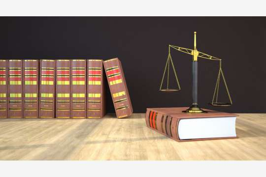 Law books with golden beam balance on the wooden table. Bild: Alexander Limbach/stock.adobe.com